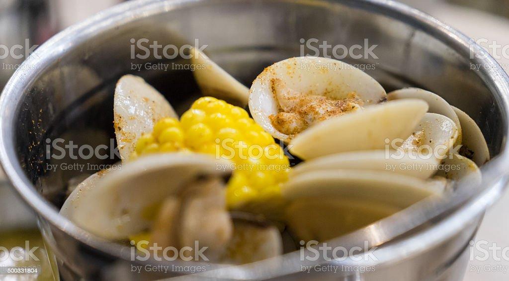 Almeja hervido en Metal con cilindro - foto de stock