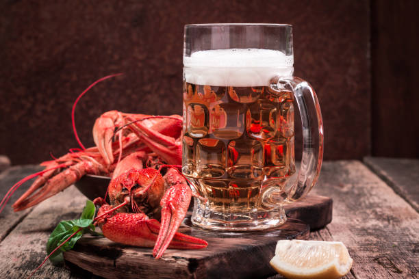 boiled crawfish and beer on a wooden background - heißes wasser trinken stock-fotos und bilder