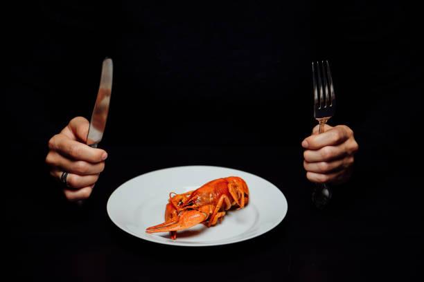 kokta kräftor på svart bakgrund - bordsskick bildbanksfoton och bilder