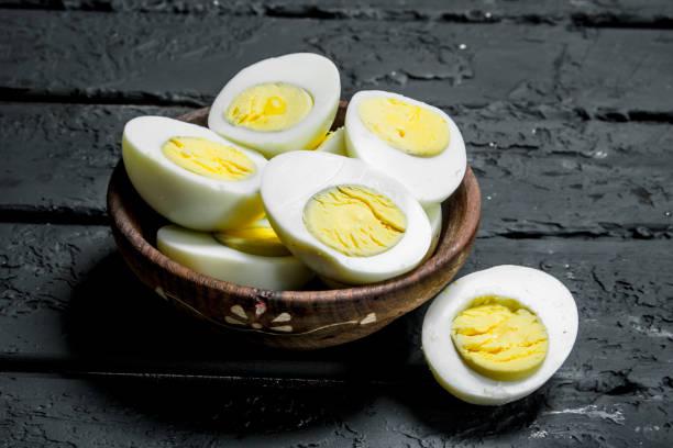 kase haşlanmış yumurta. - yumurta sarısı stok fotoğraflar ve resimler