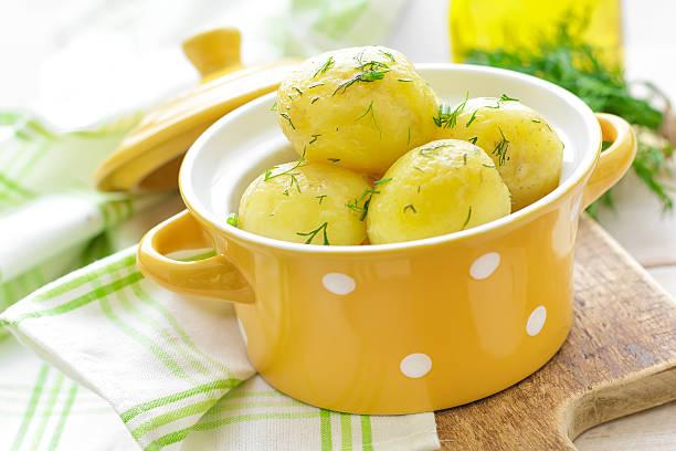 gekochte neue kartoffel - salzkartoffel stock-fotos und bilder