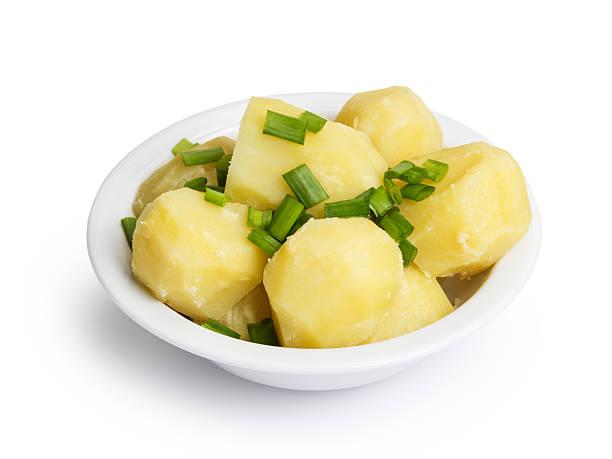 salzkartoffel mit zwiebeln in bowl - salzkartoffel stock-fotos und bilder