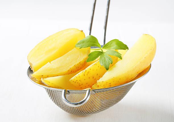 gekochte kartoffeln in einem sieb abtropfen - salzkartoffel stock-fotos und bilder