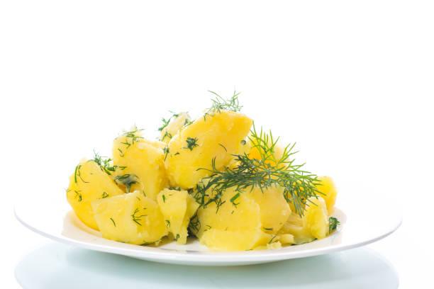 gekochte kartoffeln mit dill in einer platte - salzkartoffel stock-fotos und bilder