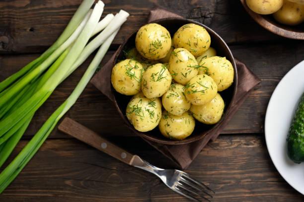 gekochte kartoffeln mit dill - salzkartoffel stock-fotos und bilder