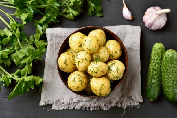 gekochte kartoffeln mit dill - knoblauchkartoffeln stock-fotos und bilder
