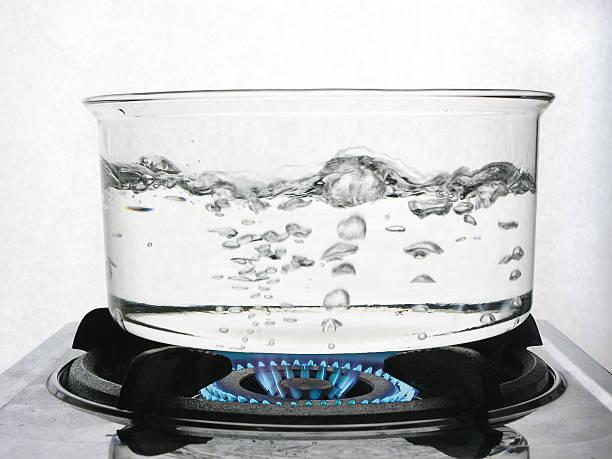 kochendem wasser auf gas - heißes wasser stock-fotos und bilder