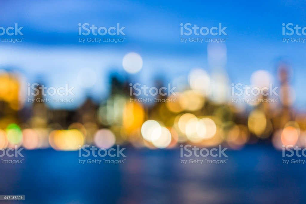 Bokeh de NYC New York City no centro inferior distrito financeiro Brooklyn Bridge arranha-céus, east river, paisagem urbana horizonte durante o crepúsculo do sol, a azul escuro de noite, Crepúsculo - foto de acervo