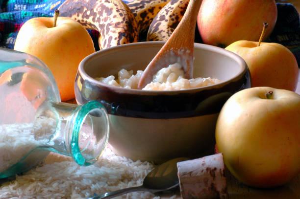 Bol de riz au lait avec des pommes Bol de riz au lait avec des pommes riz stock pictures, royalty-free photos & images