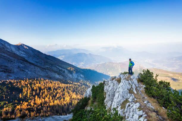 Kühn-Alone Rock Climber steht am Felsvorsprung – Foto