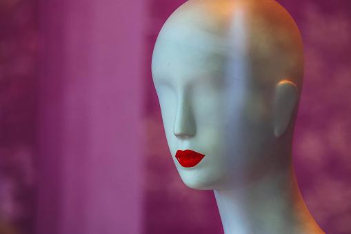 아니 눈과 붉은 입술에 패션이 게의 쇼케이스에 대담한 백색 여성 마네킹 마네킹에 대한 스톡 사진 및 기타 이미지
