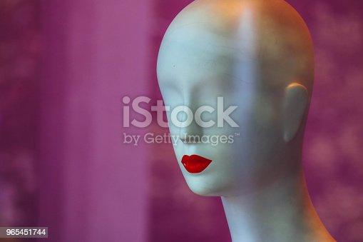 A Bold White Female Mannequin With No Eyes And Red Lips In A Showcase Of The Fashion Store On A Black Background - Stockowe zdjęcia i więcej obrazów Biznes