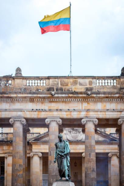 plaza de bolívar, bogotá, colombia - bandera colombiana fotografías e imágenes de stock