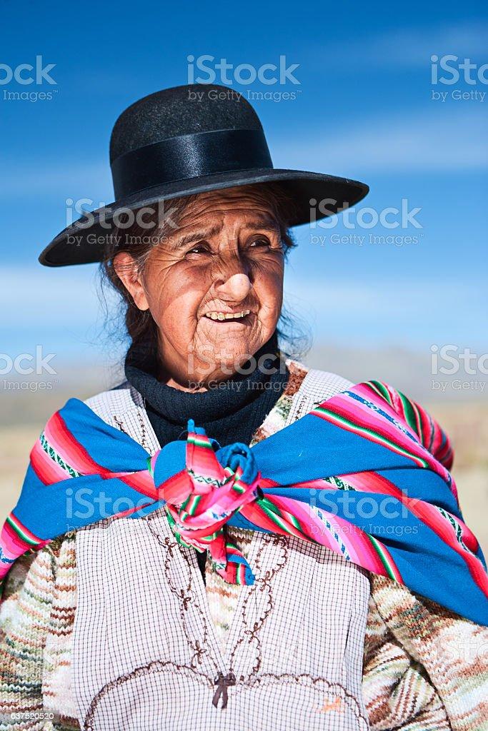 Boliviano mulher em roupas nacional perto de Oruro, Bolívia - foto de acervo