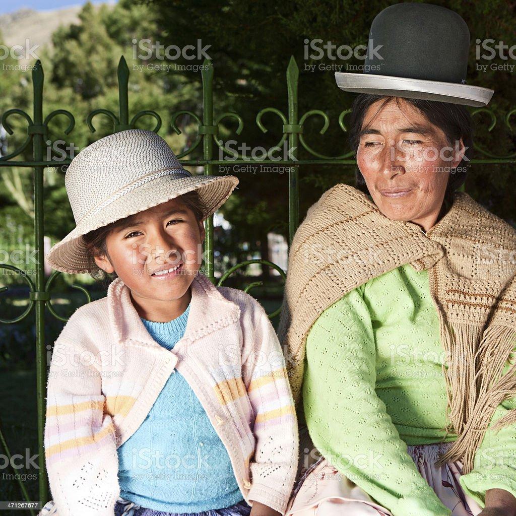 Boliviano mulher com a filha em national roupas, Copacabana - foto de acervo