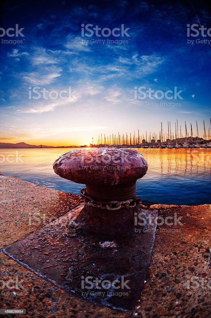 Poste de Amarração no pôr-do-sol na baía - foto de acervo