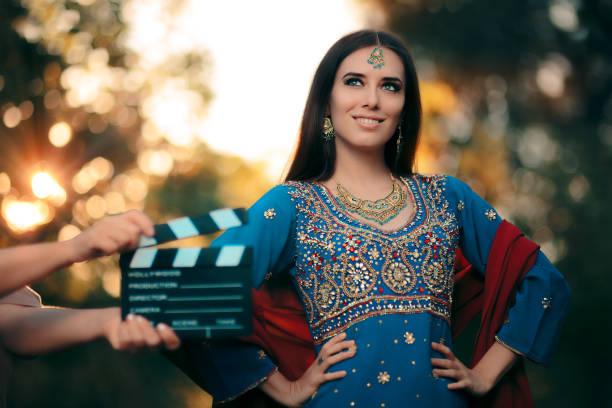 bollywood-schauspielerin in einem indischen outfit mit goldschmuck set - hochzeitskleid marken stock-fotos und bilder