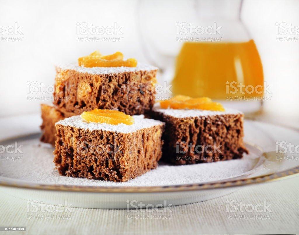 bolo de chocolate com damascos 1 stock photo