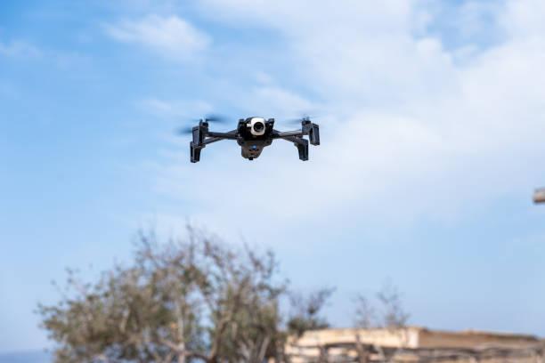 Bologa, Cluj/Rumania-02.21.2020: Potente y juguetón dron quadcopter Parrot Anafi Extendido en acción. Foto detallada con bokeh que ilustra al competidor de DJI Mavic. Hermoso dron, día soleado - foto de stock