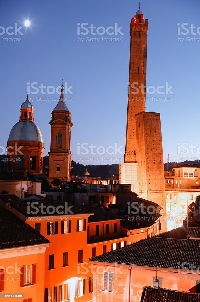 Bologna: zwei Türme (Asinelli-Turm und Garisenda-Turm) in der Dämmerung – Foto