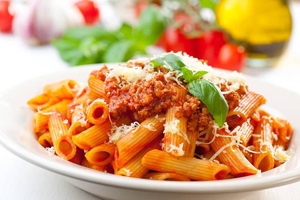 penne à bolonhesa - comida italiana - fotografias e filmes do acervo