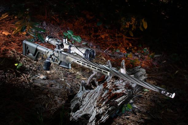 Bolzen-Actiongewehr mit orangefarbener Hintergrundbeleuchtung – Foto