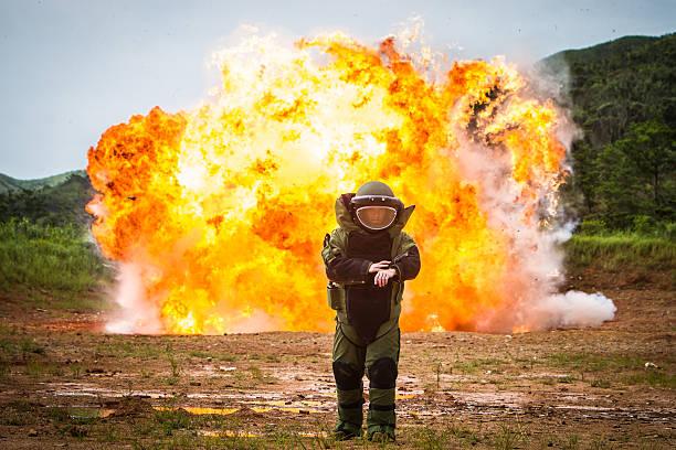 bombe abbrucharbeiten - filmplakate stock-fotos und bilder