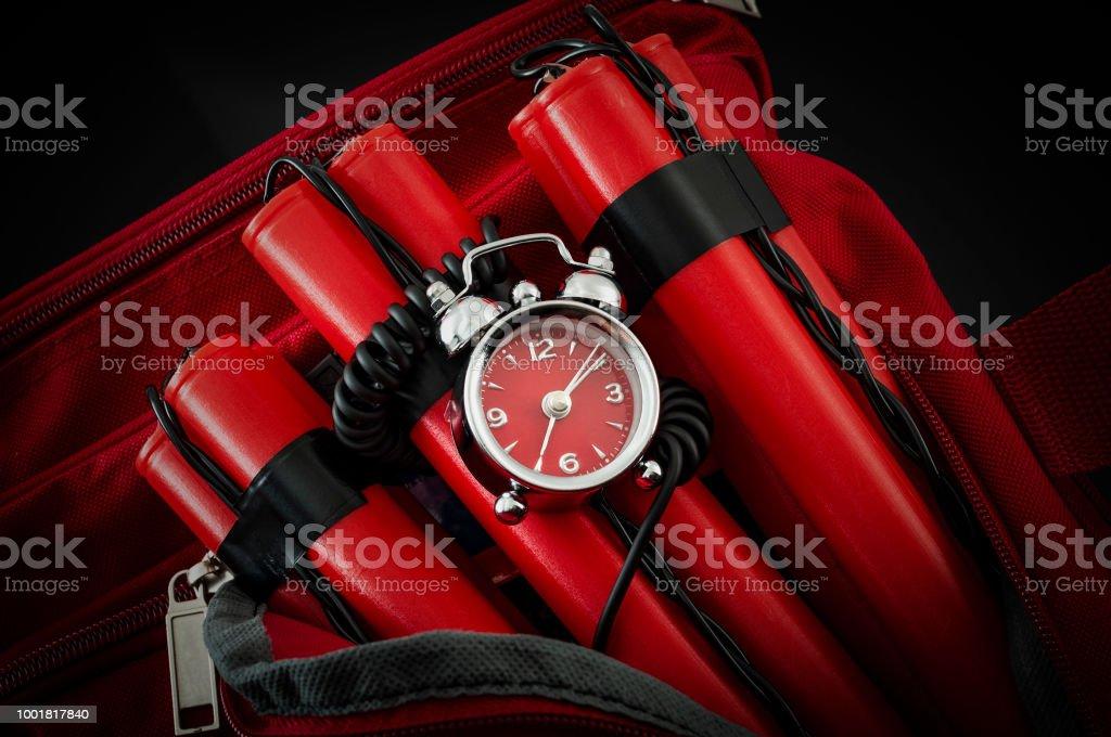 Bombe in rote Reisetasche in dunkler Umgebung – Foto