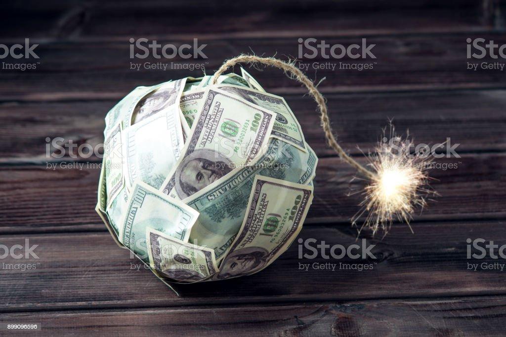 Bomba dinheiro centenas de notas de dólares com um pavio queima. Pouco tempo antes da explosão. Conceito de crise financeira - foto de acervo