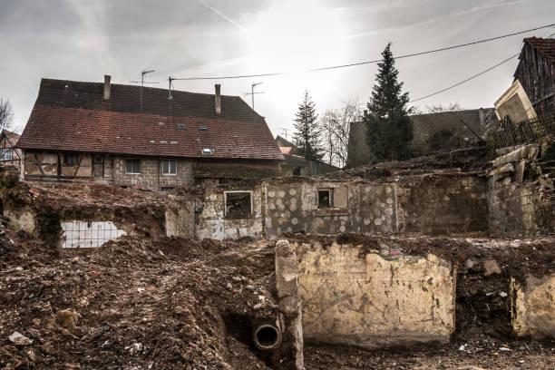 Bomben- und zerstörte Häuser mit vielen Trümmern überall – Foto