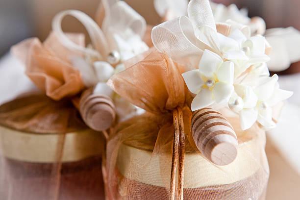 bonbonniere con Vasetto di miele e fiori - foto stock