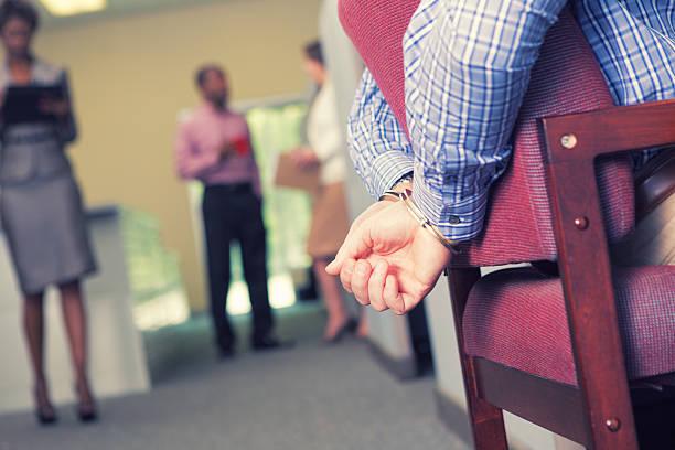 Sumisión de trabajo, hombre de negocios con un pie atado al suelo en el contexto de oficina - foto de stock