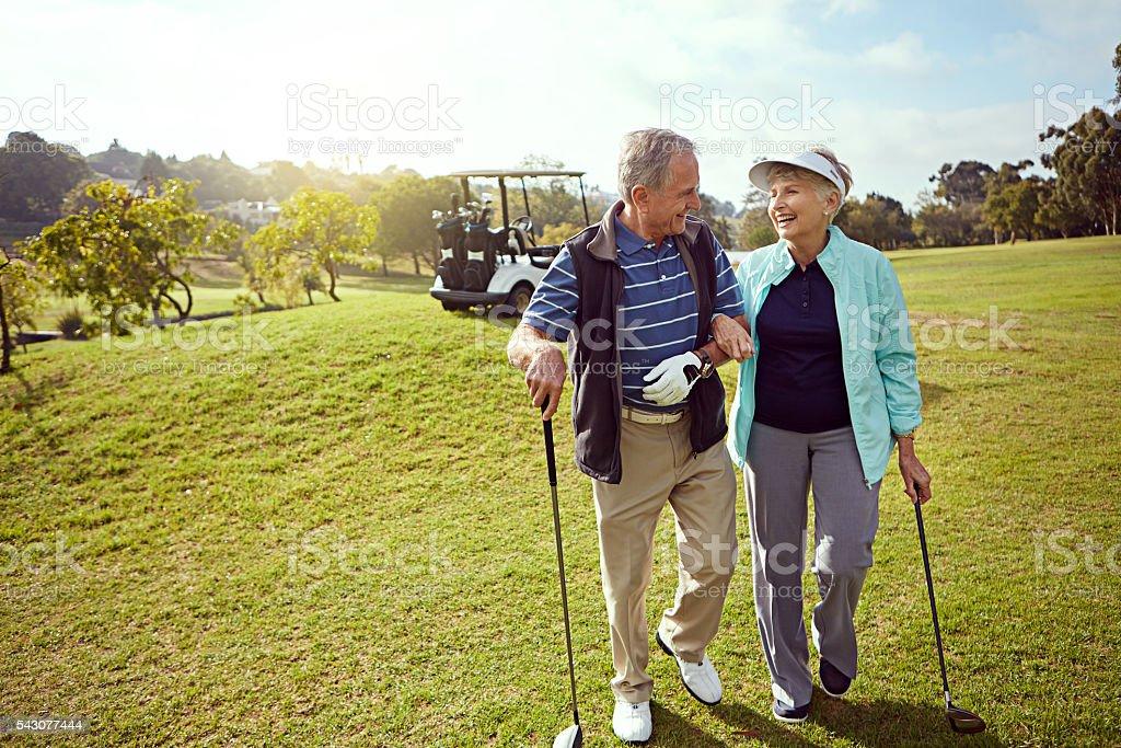 Formando vínculos en el campo de golf - foto de stock