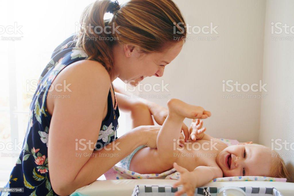 Verklebung mit Baby passiert jederzeit auch während einer Windel wechseln – Foto