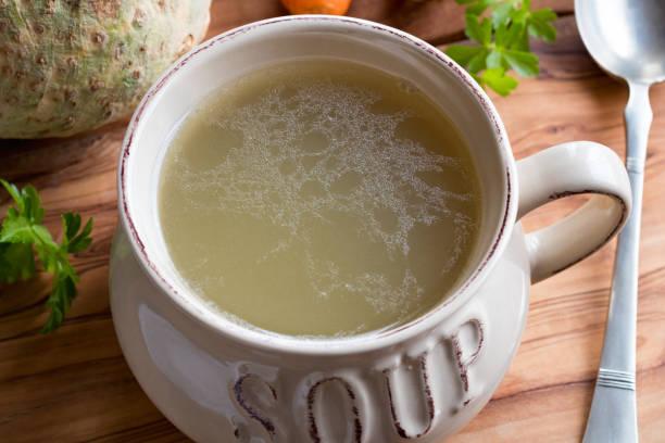 Knochen Brühe aus Huhn in einer Suppenschüssel hergestellt – Foto