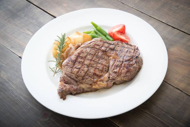 zonder been rib eye steak op plaat - ribeye biefstuk stockfoto's en -beelden