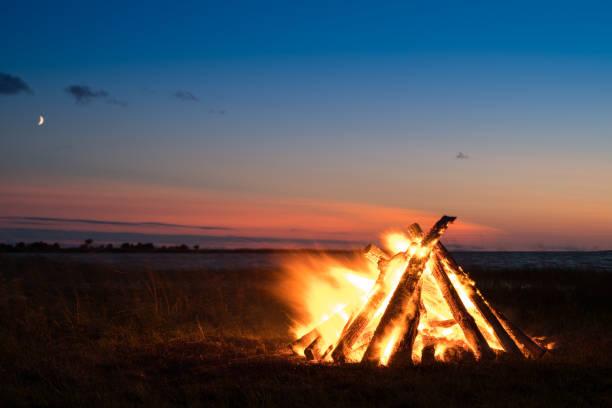 bonfire by the sea - falò foto e immagini stock