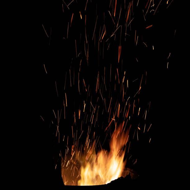 Bonfire Flamme mit hellen Funken. Isoliert auf schwarzem Hintergrund – Foto