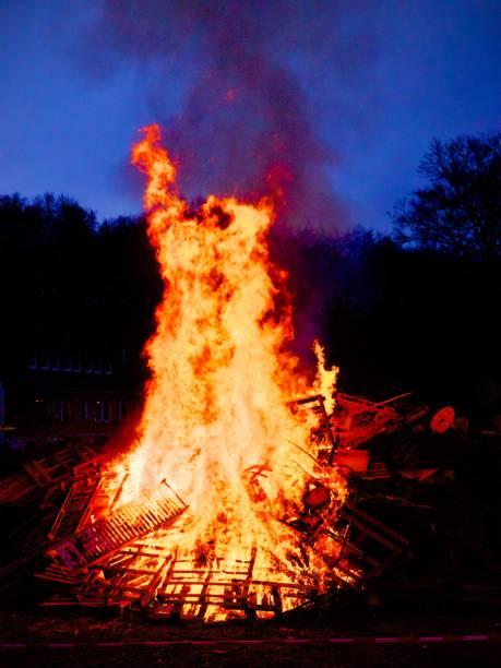 lagerfeuer am ostersonntag - osterfeuer stock-fotos und bilder