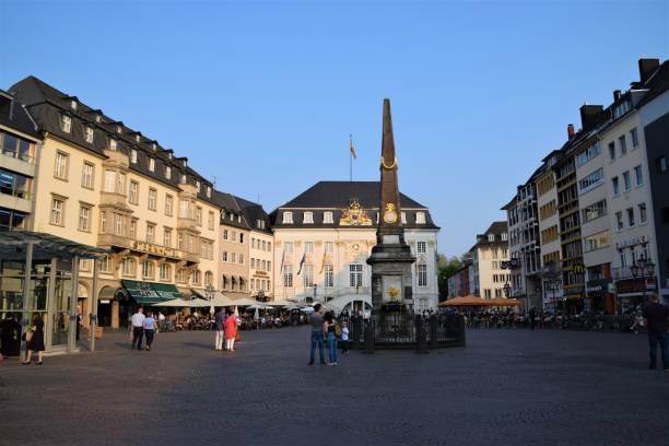 bonn innenstadt marktplatz alte rathaustouristen denkmalgeschützt reiseziel - cafe köln stock-fotos und bilder