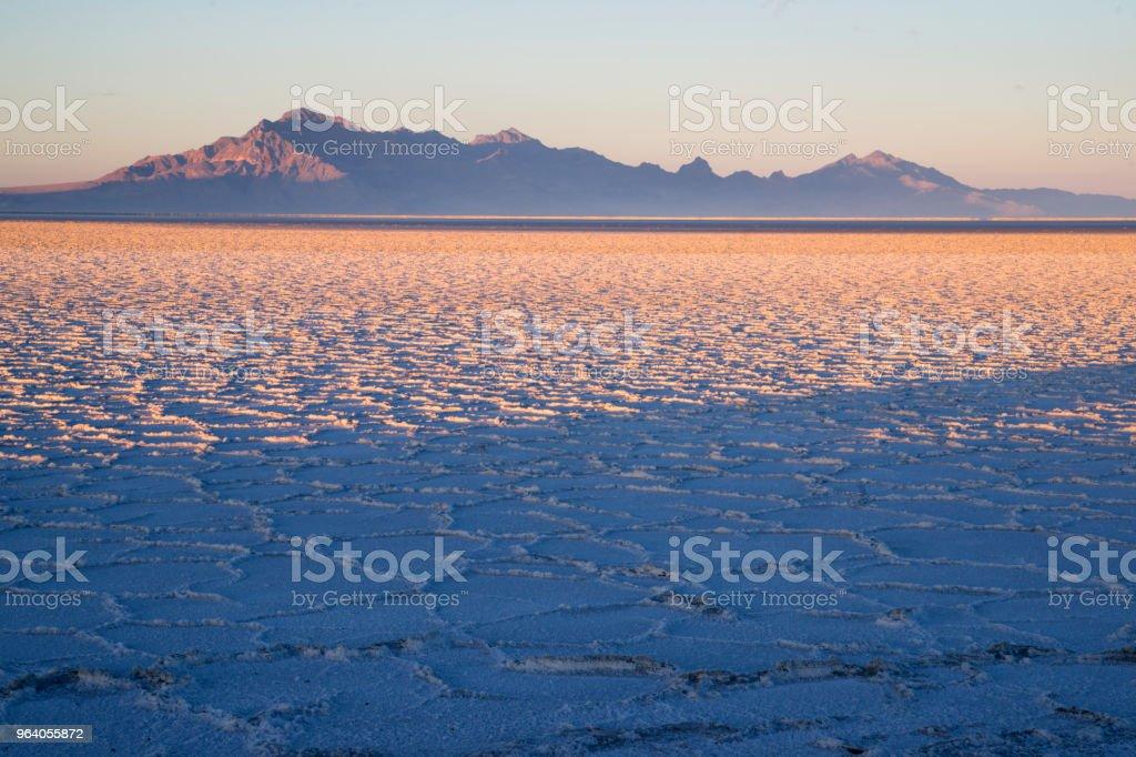 ボンネビル塩干潟グラハム ピーク夕日山の範囲 - からっぽのロイヤリティフリーストックフォト