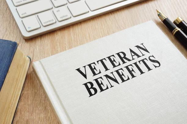 書關於退伍軍人福利在書桌上。 - 慈善會 個照片及圖片檔