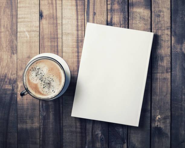 boek en koffie beker - magazine mockup stockfoto's en -beelden