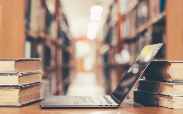 buch und computertechnik in bibliothek - online lexikon stock-fotos und bilder