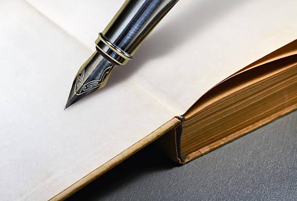 buchen und fountain pen - erzählender schreibstil stock-fotos und bilder