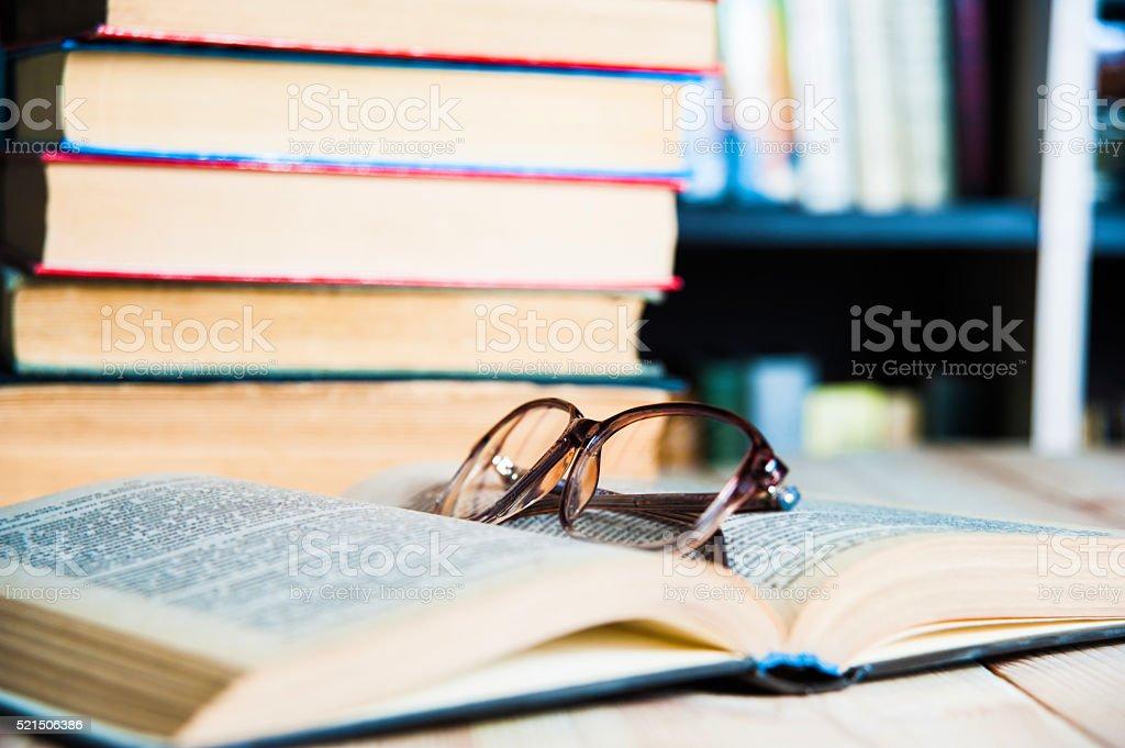 Buch und Gläser auf Tisch in Bibliothek – Foto
