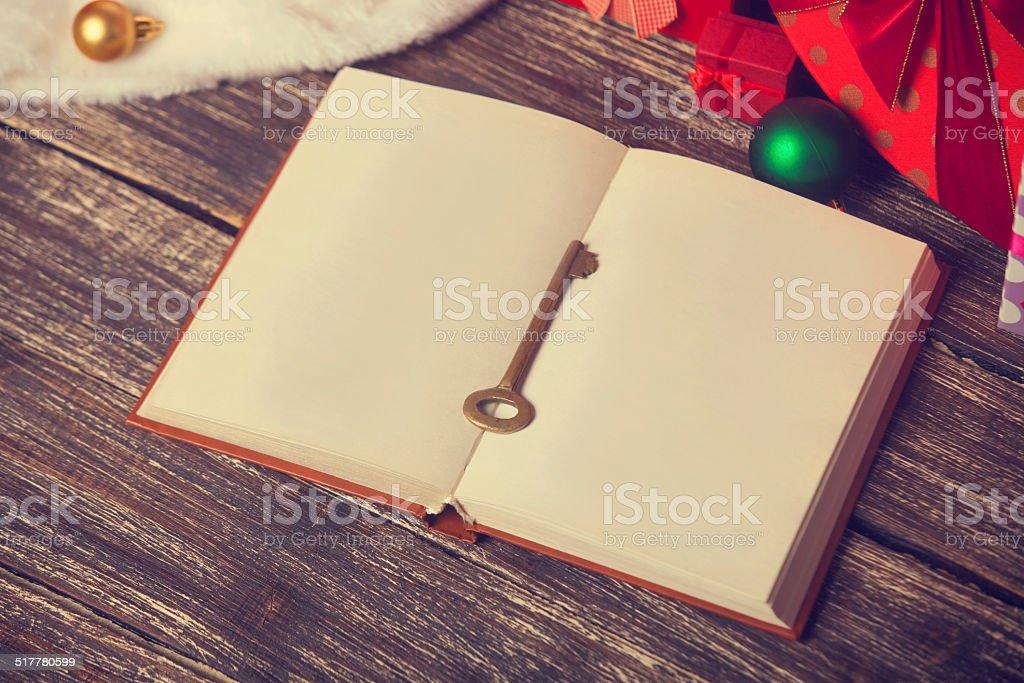 Buch Geschenk Weihnachten.Buch Und Schlüssel Mit Weihnachten Geschenke Stockfoto Und Mehr