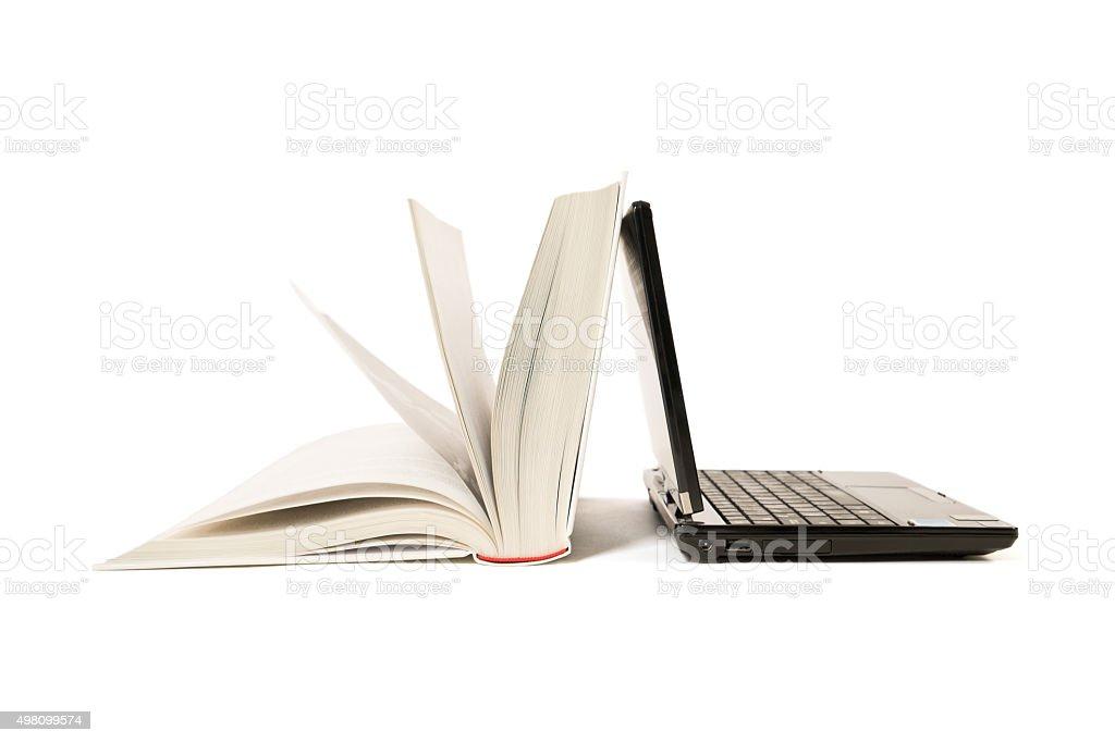 Livro e Laptop - foto de acervo