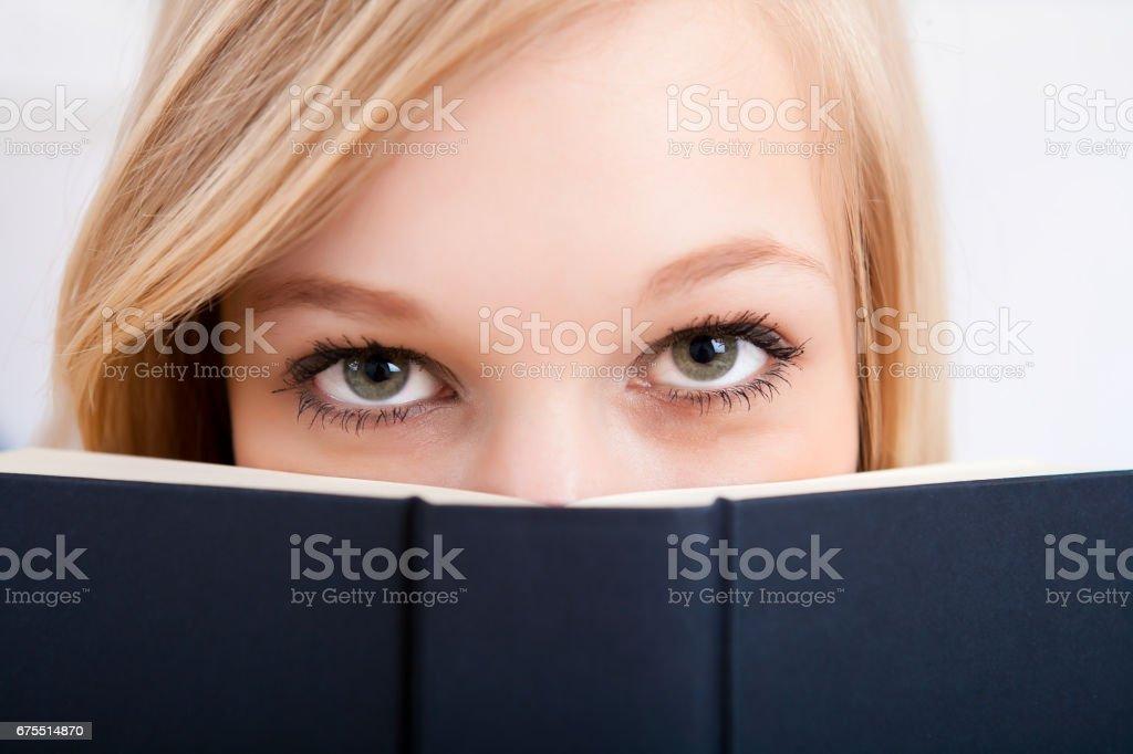 Kapsayan yüz kitap royalty-free stock photo