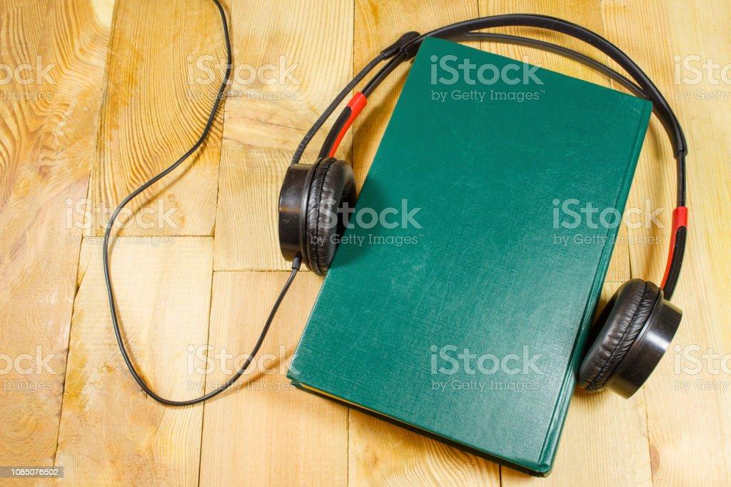 livro, fones de ouvido, áudio, audiobook, biblioteca, conceito, tabela, topo, fundo, fone de ouvido, educação, audiobooks, espaço, capa, livros, estudando, fone de ouvido, música, tecnologia, estudo, mídia, ouça, equipamento, lazer, escola, informa� - foto de acervo